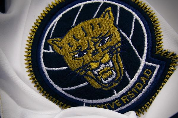 Camiseta conmemorativa 60 aniversario Pumas escudo